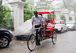 Rikša v monzunovém dešti v Amritsaru