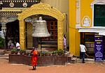 Nepál - Nehybně stojící mnich v Boudhanath
