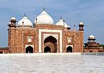 Indie - Jawab vedle Taj Mahalu
