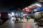 Indie - vlakové nádraží v nočním Amritsaru